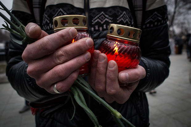 People bring candles near Sakharov Museum before a farewell ceremony for Russian opposition leader Boris Nemtsov on March 3, 2015 in Moscow, Russia.