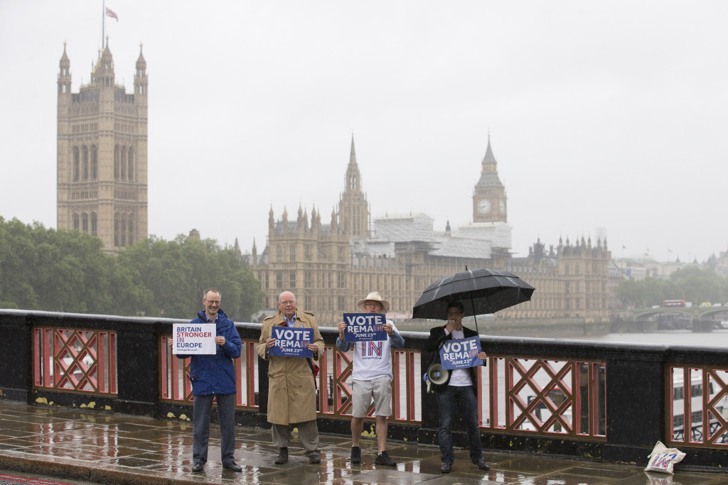 Campaigners hold placards for 'Britain Stronger in Europe', the official 'Remain' campaign group seeking to avoid a Brexit, ahead of the forthcoming EU referendum, in London on June 20, 2016.  / AFP / JUSTIN TALLIS        (Photo credit should read JUSTIN TALLIS/AFP/Getty Images)