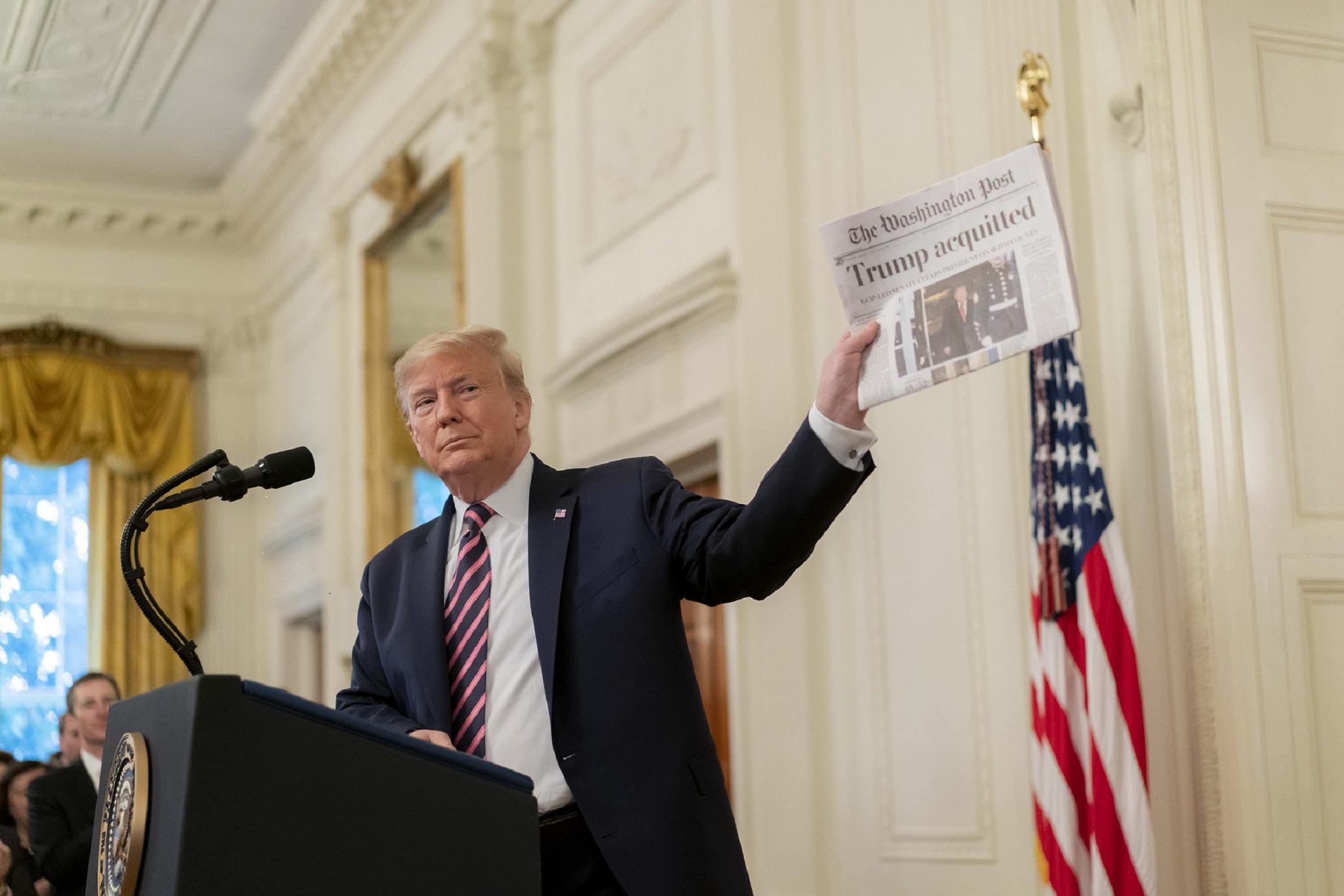 El presidente Donald J. Trump muestra el titular de The Washington Post durante su discurso el jueves 6 de febrero de 2020 en la Sala Este de la Casa Blanca, luego de ser absuelto en el juicio de juicio político del Senado de los Estados Unidos el día anterior. Foto oficial de la Casa Blanca por D. Myles Cullen